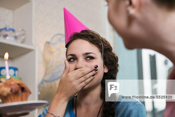 Junge Frau mit Partyhut