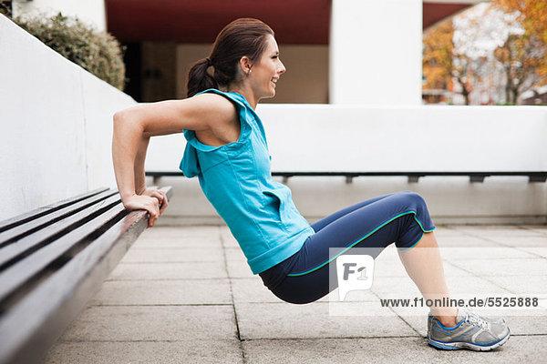 Frau in Sportbekleidung mit Trizeps-Dips