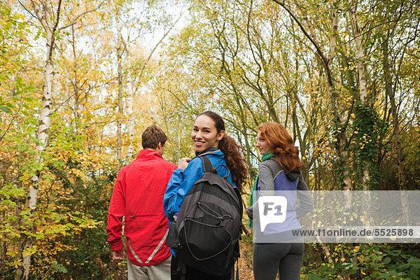 Junge Freunde zu Fuß in Wald