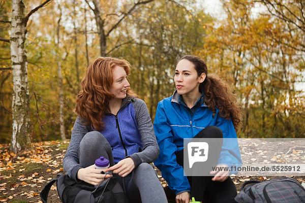 Junge Freunde in Sportbekleidung im Wald