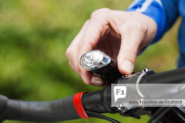 Man Anpassung Fahrradlampe  Nahaufnahme