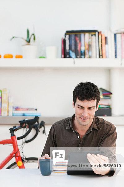 Interior zu Hause benutzen Mann Mittelpunkt Tablet PC Erwachsener