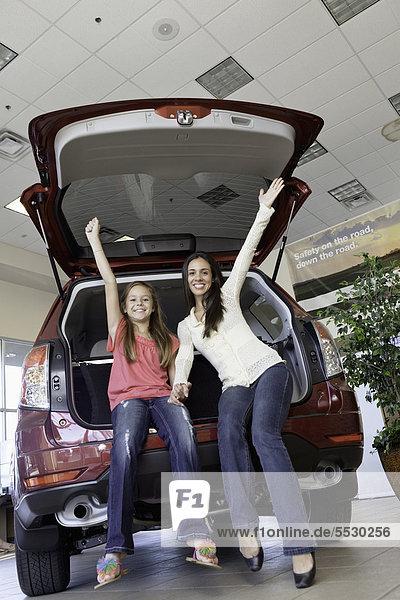 niedrig sitzend Fröhlichkeit Rückansicht Auto Ansicht Flachwinkelansicht Tochter Mutter - Mensch Winkel