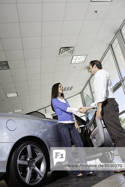 Verkäufer Auto Kunde Ausstellungsraum schütteln