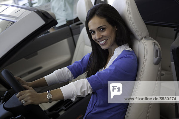 Portrait of smiling Woman sitzen vorne Seat of car