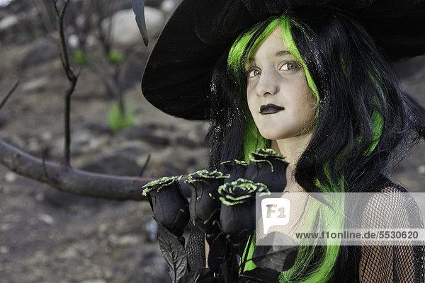 Kleine Hexe mit schwarze Rosen Wegsehen