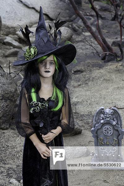 Porträt der jungen Mädchen verkleidet als eine Hexe