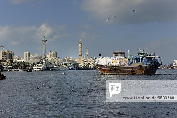 Dhau vor der Kulisse von Bur Dubai  Dubai  Vereinigte Arabische Emirate  Arabien  Arabische Halbinsel