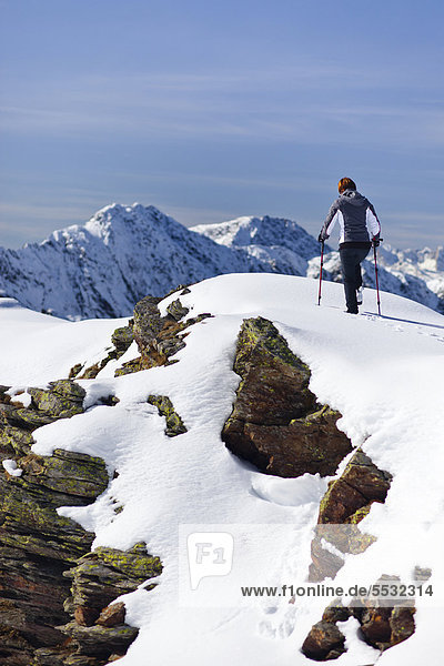 Wanderin auf der Röthenspitz oberhalb vom Penser Joch  Sarntal  Südtirol  Italien  Europa