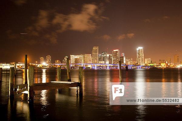 Vereinigte Staaten von Amerika USA Skyline Skylines beleuchtet Innenstadt Florida Miami