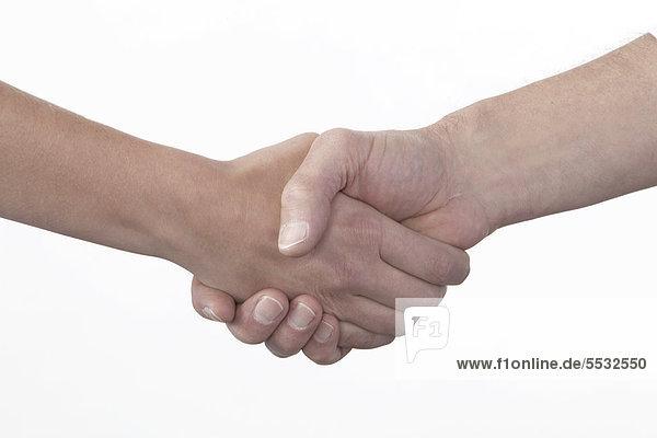 Mann und Frau reichen sich die Hände