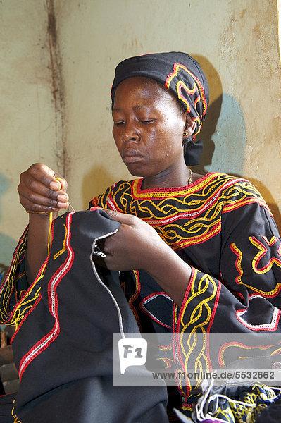 Frau im traditionellen Kleid bei Stickarbeiten  Bamenda  Kamerun  Afrika