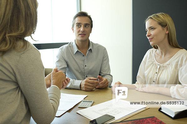 Paar im Gespräch mit dem Finanzberater