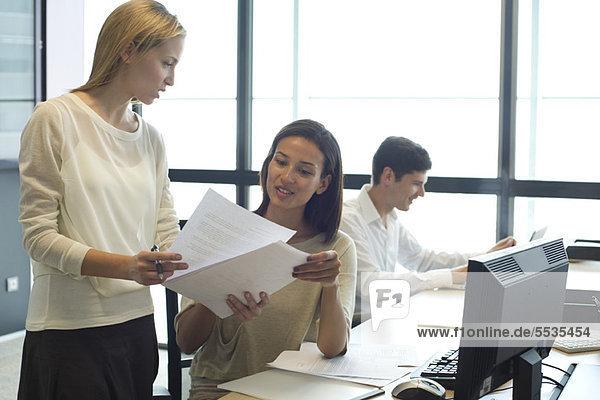 Kollegen bei der gemeinsamen Prüfung von Dokumenten
