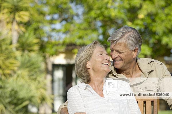 Seniorenpaar verbringt Zeit zusammen im Freien
