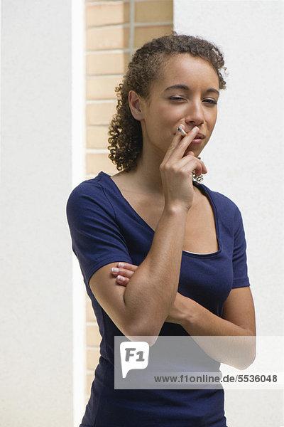Junge Frau raucht Zigarette