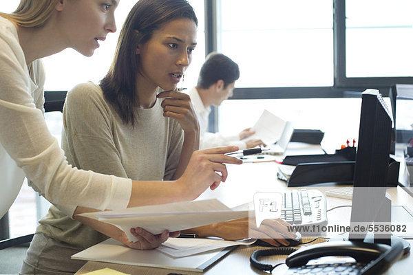 Kollegen  die im Büro zusammenarbeiten