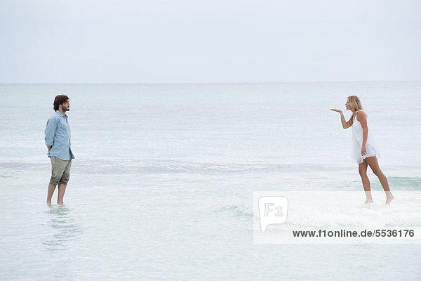 Paar auf der Wasseroberfläche stehend  Frau beim Küssen