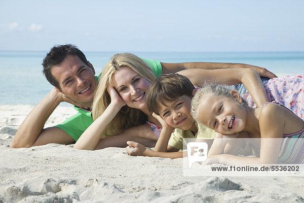 Familie posiert gemeinsam am Strand  Portrait