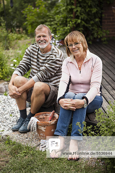 Porträt eines glücklichen älteren Paares im Hinterhof