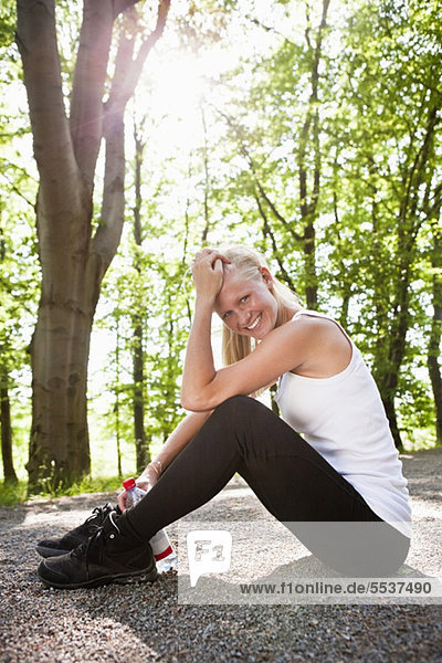 Porträt einer lächelnden jungen Frau  die sich nach dem Training entspannt.