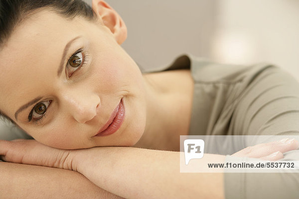 Junge Frau Legt Kopf Auf Arm