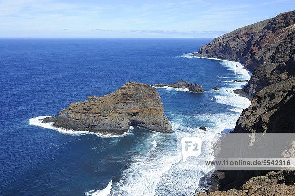 Steilküste und Felsinsel Roque de las Tabaidas  Atlantik  Santo Domingo de GarafÌa  La Palma  Kanaren  Kanarische Inseln  Spanien  Europa  ÖffentlicherGrund