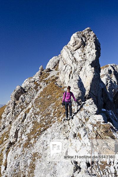 Bergsteigerin beim Bepi Zac Klettersteig im San Pellegrino Tal oberhalb vom San Pellegrino Pass  Dolomiten  Trentino  Italien  Europa