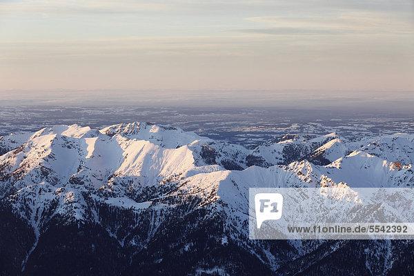 Blick von Zugspitze über Ammergauer Alpen  auch Ammergebirge mit Hochplatte und Schellschlicht  Oberbayern  Bayern  Deutschland  Europa