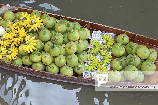 Boot beladen mit Obst im Schwimmenden Markt von Damnoen Saduak in der Nähe von Bangkok  Thailand  Asien