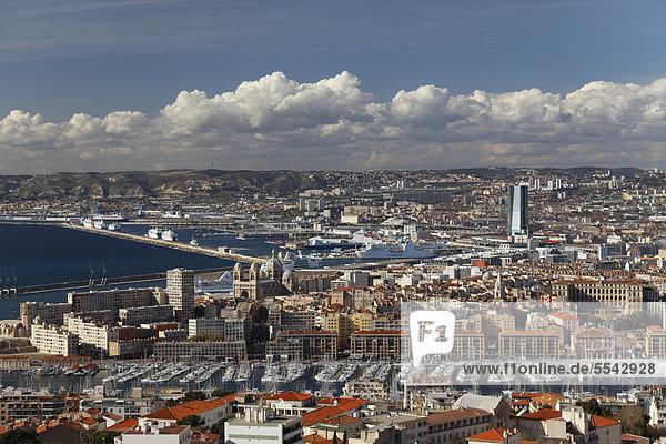 Blick auf die Stadt Marseille von der Basilika Notre Dame de la Garde  Bouches-du-Rhone  Frankreich  Europa
