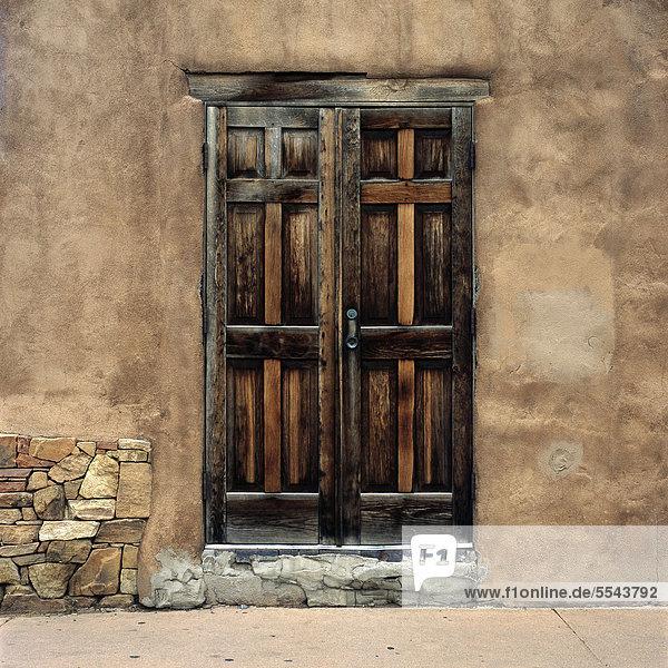 Vereinigte Staaten von Amerika USA Gebäude Lehmziegel New Mexico Santa Fe Holztür