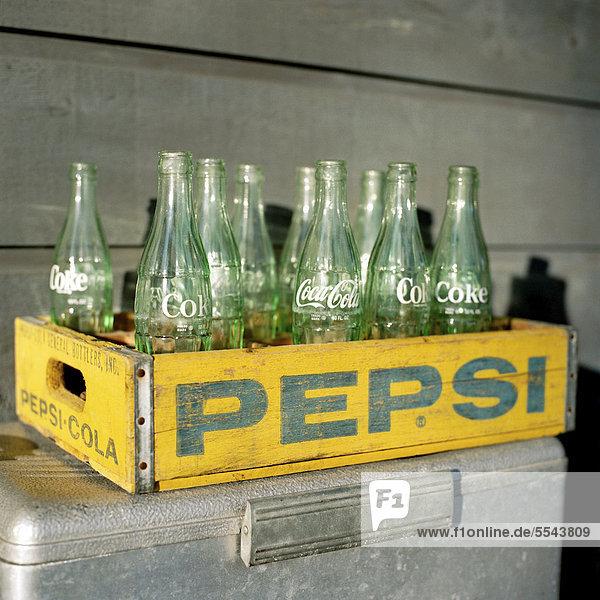alte coca cola flaschen aus glas in einer gelben pepsi. Black Bedroom Furniture Sets. Home Design Ideas