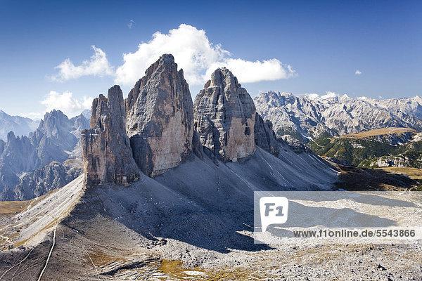 Drei Zinnen  vom Paternkofel aus  hinten der Monte Cristallo  Sexten  Hochpustertal  Dolomiten  Südtirol  Italien  Europa