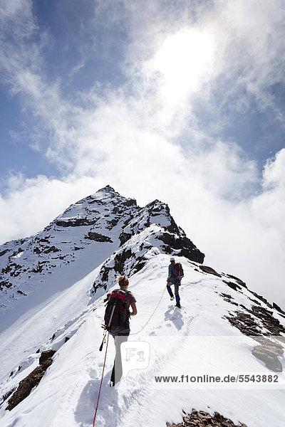 Wanderer beim Aufstieg über dem Gipfelgrat zur hinteren Eggenspitz im Ultental oberhalb des Grünsees  hinten der Gipfel der hinteren Eggenspitz  Südtirol  Italien  Europa Wanderer beim Aufstieg über dem Gipfelgrat zur hinteren Eggenspitz im Ultental oberhalb des Grünsees, hinten der Gipfel der hinteren Eggenspitz, Südtirol, Italien, Europa