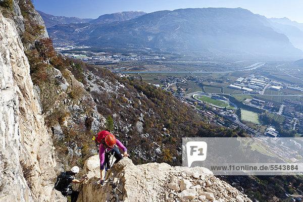 Kletterer beim Aufstieg zum Monte Albano über den Klettersteig oberhalb von Mori  Gardaseeberge  Rovereto  Trentino  Italien  Europa Kletterer beim Aufstieg zum Monte Albano über den Klettersteig oberhalb von Mori, Gardaseeberge, Rovereto, Trentino, Italien, Europa