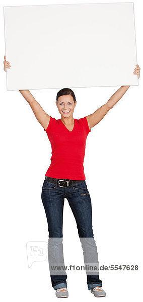 Frau hält Schild hoch