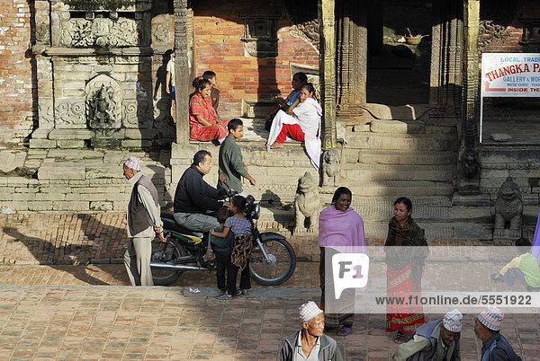 Menschen auf dem Taumadhi-Platz  Bhaktapur  Kathmandu-Tal  Nepal  Asien