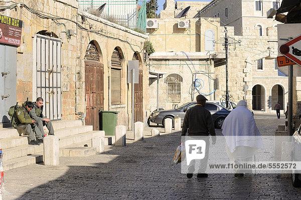 Israelische Wachsoldaten und palästinensische Bürger im christlichen Viertel in der Altstadt von Jerusalem  Israel  Vorderasien