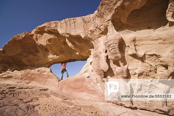 Mensch in Felsentor  Wadi Rum Wüste  Jordanien  Vorderasien