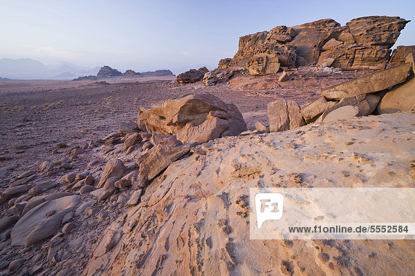 Felsen im Morgenlicht  Wadi Rum Wüste  Jordanien  Vorderasien