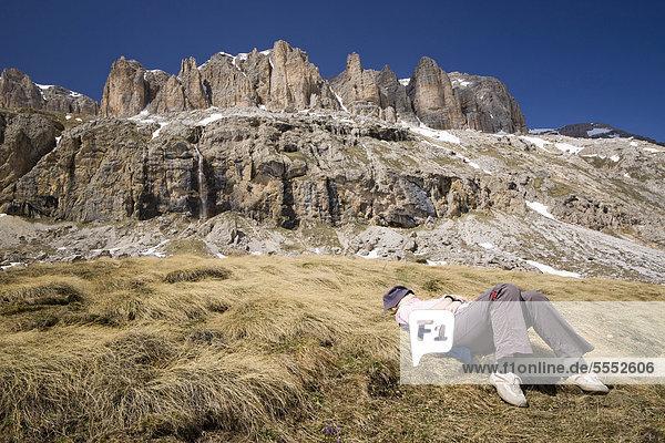 Junge Frau beim Ruhen vor Berg Sella  Dolomiten  Italien  Europa