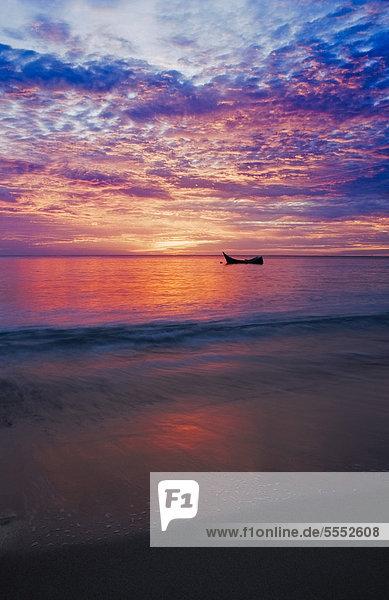 Boot bei Sonnenaufgang  Indischer Ozean  Pulau Weh  Sumatra  Indonesien  Asien