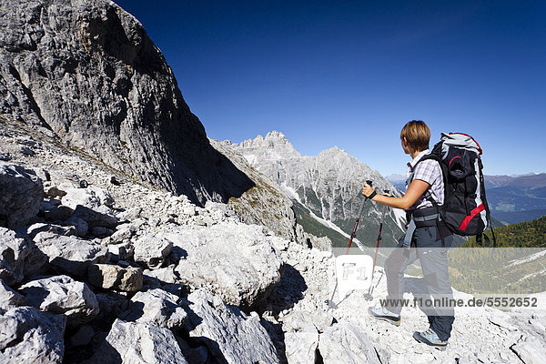 Wanderin beim Aufstieg zum Alpinisteig durch das Fischleintal oberhalb der Talschlusshütte  hinten die Dreischusterspitze  Sexten  Hochpustertal  Dolomiten  Südtirol  Italien  Europa