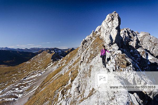 Bergsteigerin beim Bepi Zac Klettersteig im San Pellegrino Tal oberhalb vom San Pellegrino Pass  hinten die Bervagabunden-Hütte  Dolomiten  Trentino  Italien  Europa
