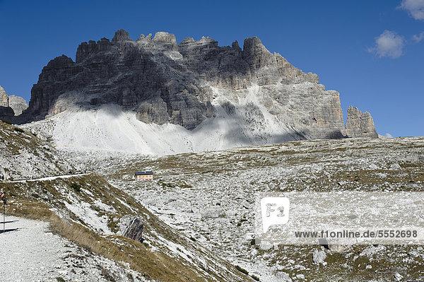 Rifugio Lavaredo vor dem Passportenkopf  Passportenkofel oder Croda Passaporto  Drei-Zinnen-Wanderweg  Sextener Dolomiten  Südtirol  Italien  Europa