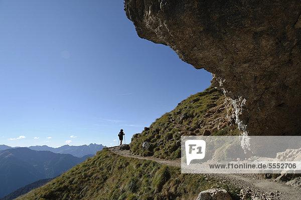 Wanderin auf dem Friedrich-August-Weg  Dolomiten  Südtirol  Italien  Europa