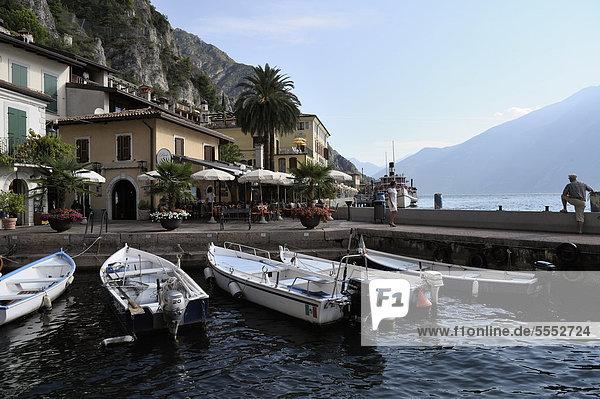 Fischerboote im alten Hafen von Limone sul Garda  Gardasee  Provinz Brescia  Lombardei  Oberitalien  Italien  Europa