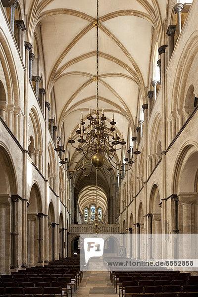 Innenansicht  Hauptschiff  Gang führt zum Bell-Arundel Screen  Kathedrale von Chichester  England  Großbritannien  Europa