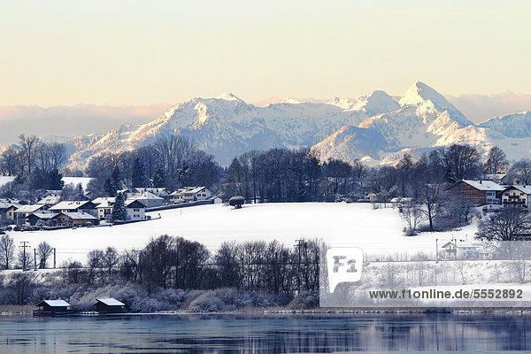 Winterlandschaft mit Wendelstein und der Gemeinde Rimsting  Chiemgau  Oberbayern  Deutschland  Europa